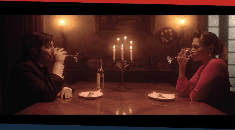 Un hombre y una mjuer en una mesa con copas de vino. Portada Bluestone.